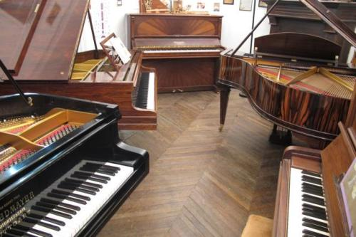 Quelques pianos dans l'atelier des Pianos Balleron